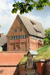 Festung Dömitz - Wappen am Eingang, Dach der Fritz Reuter Gedenkhalle / Museum.