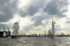Dunkle Wolken über der Elbe - Traditionssegelschiffe bei der Einlaufparade zum Hamburger Hafengeburtstag.