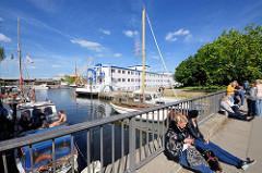 Brücke am Kanalplatz in Hamburg Harburg - Sportboote im Kaufhauskanal, im Hintergrund das Flüchtlingsschiff Transit. Auf dem 110 m langen Schiff können ca. 200 Flüchtlingen Platz finden.