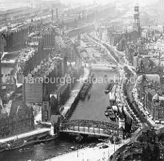 Historische Luftaufnahme von dem Zollkanal und der Hamburger Speicherstadt - im Vordergrund die Wandrahmsbrücke und re. der Kirchturm der Katharinenkirche. Der Zollkanal in Hamburg wurde Ende des 19. Jahrhunderts als verbundener Schifffahrtskana