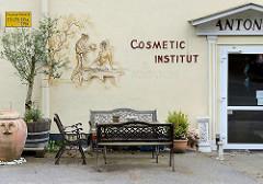 Wandmalerei - Schriftzug Cosmetic Institut, Sitzbänke - Bilder aus Hamburg Eissendorf.