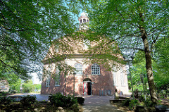 Evangelisch-lutherische Kirche am Markt in Hamburg-Niendorf - sie gilt nach dem Michel als bedeutendstes Barockbauwerk der Hansestadt. Die achteckige, von 1769 bis 1770 geschaffene Niendorfer Marktkirche entspricht dem Idealbild eines evangelischen G