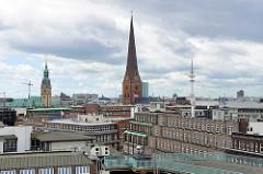 Dächer vom Hamburger Kontorhausviertel - Kirchturm der Jakobikirche und Turm vom Rathaus Hamburg.