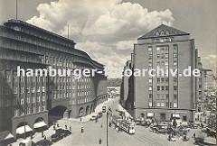 Blick auf das Chilehaus und rechts den Messberghof ca. 1930; eine Strassenbahn kommt aus der Strasse Pumpen und steht an der Haltestelle Messberg. Am unteren rechten Bildrand der Vierländer Brunnen sowie Pferde und Wagen, die den Gemüsemarkt am D
