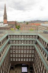 Blick in den Innenhof vom Chilehaus im Hamburger Kontorhausviertel; im Hintergrund die Jakobikirche.