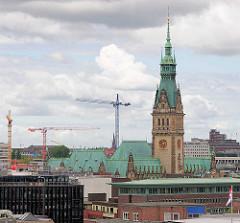 Turm und Kupferdach vom Hamburger Rathaus.