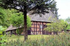 Alter Dorfkern von Hamburg Marmstorf - Fachwerkgebäude mit Reetdach.