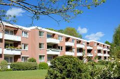 Wohnblock - weisse Balkons; Architektur der 1970er Jahre in Hamburg Niendorf.
