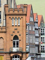 Sogen. Mäuseturm am Nikolaifleet in der Hamburger Altstadt - im Hintergrund Hausfassade und Fachwerkhäuser an der Deichstrasse.