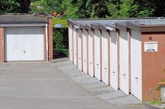 Garagen, Garagentore - architektonischer Baustil der 1960er Jahre - Architekturbilder aus dem Hamburger Stadtteil Marmstorf, Bezirk Harburg.