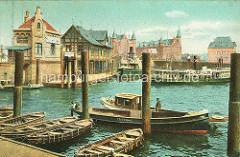 Blick vom Baumwall in den Niederhafen - Ruderboote und Barkassen am Steg - im Hintergrund Gebäude der Speicherstadt und Polizeiwache. Der Niederhafen war zusammen mit dem Binnenhafen bis zur Errichtung des Sandtorhafens 1861 das wichtigste Umschlag