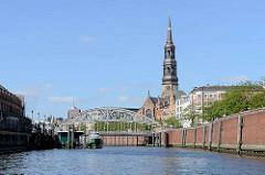 Blick durch den Zollkanal zur Brooksbrücke - lks. das Deutsche Zollmuseum, re. hinter der Kaimauer die Strassen Dovenfleet und Zippelhaus; Kirchturm der St. Katharinenkirche.