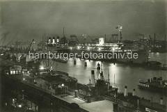 Nachtaufnahme vom Hamburger Hafen - Blick über die Haltestelle Landungsbrücken zu den Passagierschiffen Wilhelm Gustloff und Cap Arcona.