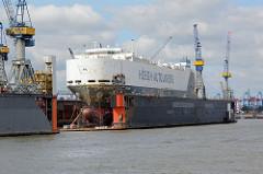 Ein Schiff der HÖEGH AUTOLINERS liegt im Schwimmdock der Hamburger Werft Blohm & Voss auf Hamburg Steinwerder.