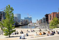 Sonnentag in der Hafencity Hamburgs am Sandtorhafen - Mittagspause in der Sonne auf den Magellan-Terrassen.
