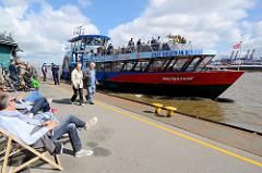 Fähranleger in Hamburg Oevelgönne, die Hafenfähre Waltershof fährt Richtung Finkenwerder.