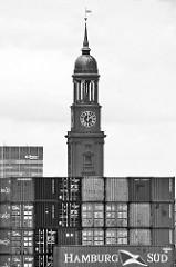 Schwarzweiss Fotografie von der Hamburger St. Michaeliskirche / Michel vor Containern auf Hamburg Steinwerder.