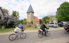 Kirche, Kapelle in Luckau / Wendland; gotischer Felssteinbau, rechteckiger Glockenturm - FahrradfahrerInnen.