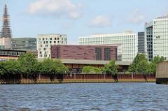 Blick vom Oberhafenkanal zu moderner Architektur der Hafencity Hamburg - im Vordergrund das Umspannwerk des Stadtteils, das 12 000 Bewohner und Unternehmen mit 40 000 Arbeitsplätzen mit Strom versorgt.