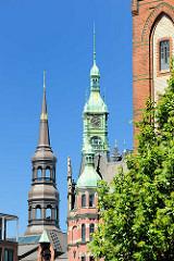 Kupferturm vom Rathaus der Speicherstadt - Sitz der HHLA / Hamburger Hafen und Logistik AG; lks. der Kirchturm der Hamburger St. Katharinenkirche