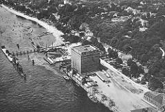 Luftaufnahme vom Kühlhaus und Hamburg Neumühlen und dem Altonaer Hafen - ein Zug der Hafenbahn mit Güterwaggons steht auf den Gleisen vor dem Kühlgebäude; mehrere kleine und grosse Krane stehen auf der Kaianlage, sie haben Schiffe entladen und die