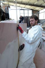 Mit einer biegsamen Leiste wird festgestellt, das die Bordwand gleichmässig geformt ist.