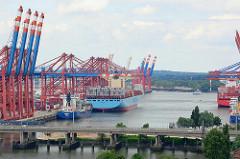 Blick über die Autobahn A7 zum Waltershofer Hafen - lks. Frachtschiffe und Containerkräne am Terminal Eurogate; im Vordergrund der Rugenberger Hafen.