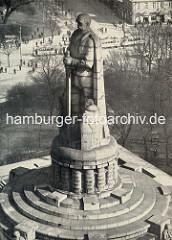 Historische Luftaufnahme vom Hamburger Bismarkdenkmal, ca. 1930; im Hintergrund Strassenbahnen auf dem Zeughausmarkt.