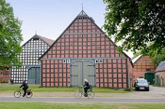Historische Fachwerkarchitektur in Luckau / Wendland - FahrradfahrerIn.