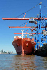 Der Frachter CAP DOUKATO liegt am Kai des HHLA Container Terminals Burchardkai in der Norderelbe - im Hintergrund das Panorama Hamburgs.