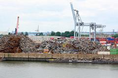 Rosshafen in Hamburg Steinwerder - Schrott liegt am Kai; im Hintergrund re. ein Kran im  Oderhafen.