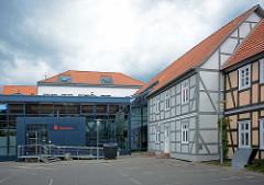 Modernes Sparkassengebäude mit Metallfassade - historische Fachwerkhäuser in Lüchow.
