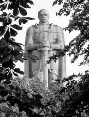 Bismarckdenkmal in der Hansestadt Hamburg - Statue aus Granit auf der Elbhöhe im Alten Elbpark - fertiggestellt 1906; Architekten Johann Emil Schaudt und vom Berliner Bildhauer Hugo Lederer.