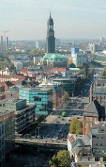 Blick über die Ludwig Erhard Strasse zur Michaeliskirche - im Vordergrund die Hochbahnhaltestelle Rödingsmarkt.