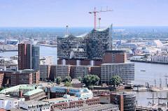 Blick über den Binnenhafen zu den Bürogebäuden am Kehrwieder und der Baustelle der Elbphilharmonie an der Norderelbe.