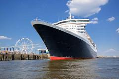 QUEEN MARY in der Hansestadt Hamburg - das Passagierschiff liegt am Kreuzfahrtterminal Hafencity.