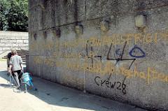 Sockel vom Hamburger Bismarckdenkmal mit Grafitti beschmiert.