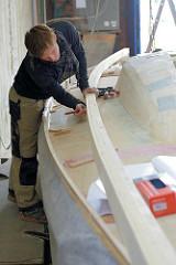 Anfertigung der Süll am Bootsrumpf des Daysailers.