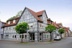 Historisches Eckhaus - hellblaue Fassade, dkl. blau abgesetztes Fachwerk; Junkerstrasse / Burgstrasse in Lüchow.