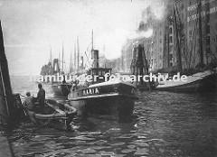 Hafenanlage des Altonaer Hafens - hohe Speichergebäude und Lagerhäuser stehen an der Wasserseite von der aus direkt von den Schiffen die Ladung gelöscht werden kann. (ca. 1900)