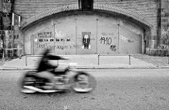 Geschlossene Kasematten unter der Bahnbrücke an den Hamburger Deichtorhallen / Altstädter Strasse - Grafitti und schnell fahrendes Motorrad.