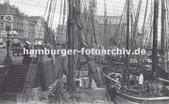 Fischkutter liegen dicht aneinander am Kai im Hafen von Altona - die Schiffsmasten sind mit Tampen belegt, die Segel gerefft. Die Fischer bereiten ihre Boote für das Auslaufen vor. Links Wohngebäude an der Grossen Elbstrasse. (ca. 1925)