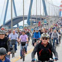 Fahrradsternfahrt in Hamburg - FahradfahrerInnen auf der Köhlbrandbrücke.