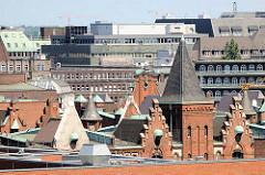 Dächer und Giebel der neogotischen Architektur der Hamburger Speicherstadt, in der Bildmitte das Chilehaus und der Giebel der Polizeiwache am Klingberg, erbaut 1908 in einem barockisierendem Stil, Architekt Albert Erbe.