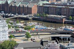Binnenhafen in Hamburg - eine Hochbahn fährt Richtung Baumwall - Speichergebäude und Bürohäuser im Hamburger Stadtteil  Hafencity.