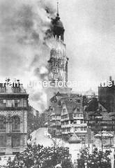 Brennender Michel, 1906; Blick über den Schaarmarkt - Schaulustige stehen auf Dächern und dem Marktplatz - Flammen und Rauch steigt aus dem Turm der St. Michaeliskirche.