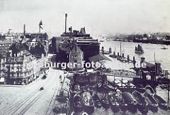Blick in die Grosse Elbstrasse von Hamburg Altona - lks. Wohnblocks und in der Bildmitte die Speichergebäude. Im Vordergrund liegen Schuten im Holzhafen, die teilw. mit Brettern beladen sind. (ca. 1905)