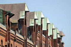 Kupferdächer, Winden unter dem Dach der Speichergebäude in der Hamburger Speicherstadt - Dachwinden.