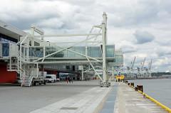 Gangways am Cruise Center Steinwerder im Hamburger Kaiser-Wilhelm-Hafen; Eröffnung des Terminalgebäudes am 09.06.15.