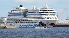Das Kreuzfahrtschiff AIDAbella läuft aus dem Hamburger Hafen aus - das Passagierschiff hat am Steinwerder Kreuzfahrtterminal festgemacht.